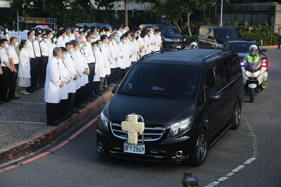 前總統李登輝14日出殯,自榮總出發時,運送遺體的車輛僅簡單的掛上十字架花圈。(杜宜諳攝)