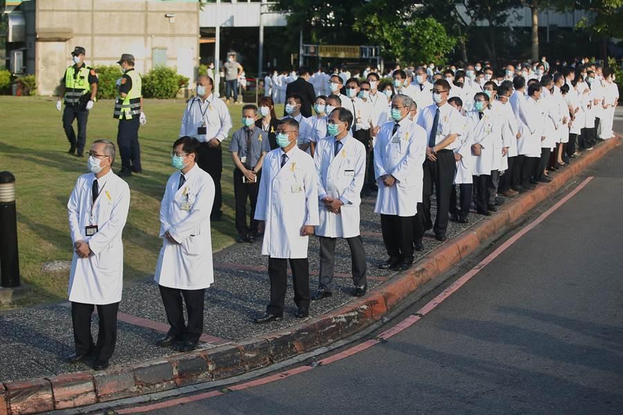 榮總醫護人員列隊向前總統李登輝致意。(杜宜諳攝)