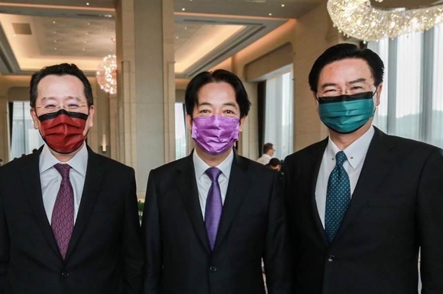 賴清德(中)與顧立雄(左)、吳釗燮(右)戴上彩色口罩同框,口罩顏色搭領帶超有型。(圖擷自賴清德IG)