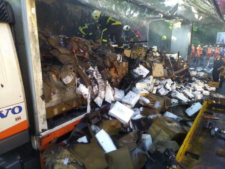 國道清晨火燒車,2萬件「防疫隔離衣」燒毀。(民眾提供/盧金足台中傳真)