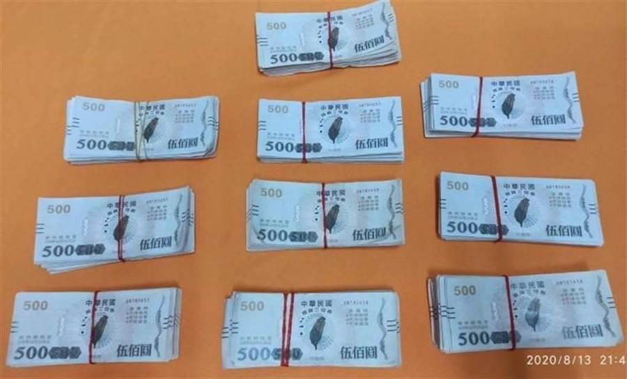 雲林破獲偽造三倍券集團 查扣500元券成品及半成品。(虎尾分局提供)