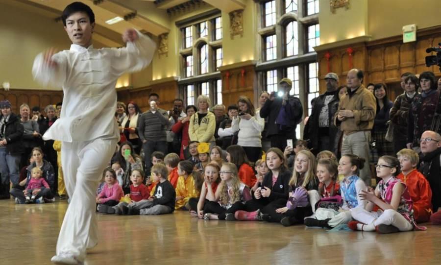2015年2月16日,美國印第安納州普渡大學孔子學院,參加羊年迎春會的中外友人觀看中國武術表演。(新華社)