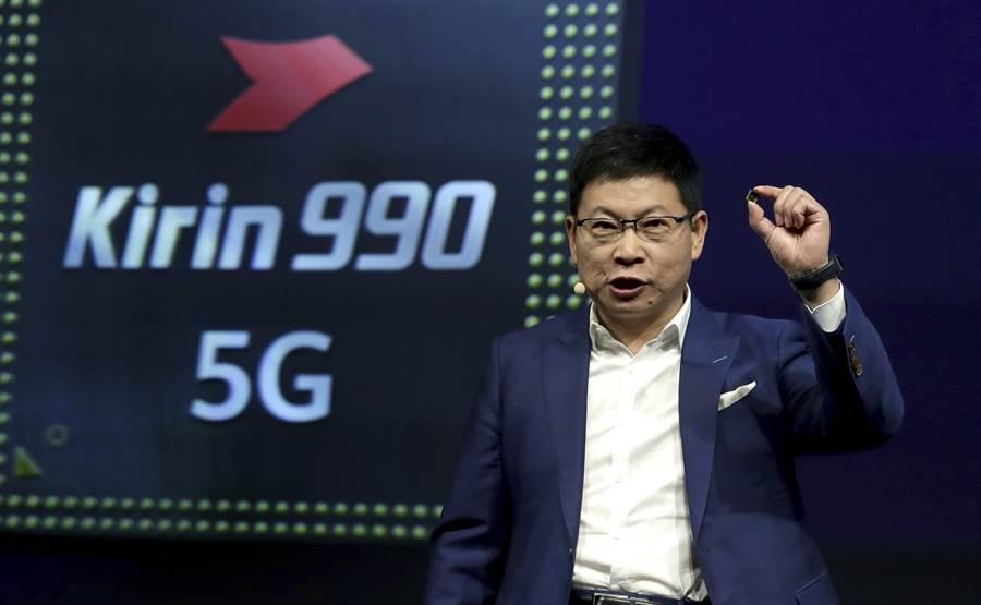 華為消費業務執行長余承東2019年9月6日在德國柏林展示最新高階行動處理器麒麟990 5G的神情。(美聯社)