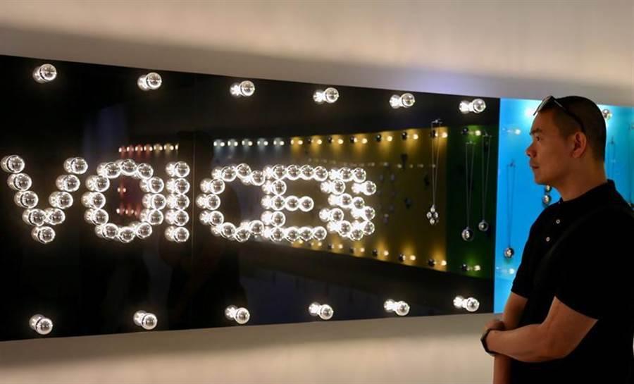 米其林星級名廚江振誠特地南下高雄,觀賞鎌田治朗的《VOICES.語音》20 年創作回顧展。(圖/金馬賓館當代美術館提供)