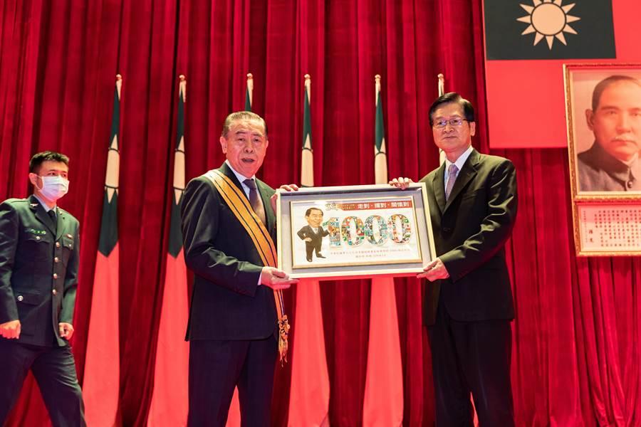國防部致贈李棟樑由隊徽組合成1000千的紀念品。軍聞社提供
