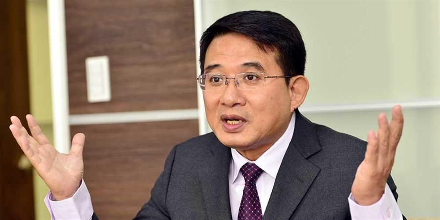 康友-KY董事长黄文烈(图中者)在8月初就已经失去联繫,公司高层也全落跑,导致公司股价崩跌。图/本报资料照片