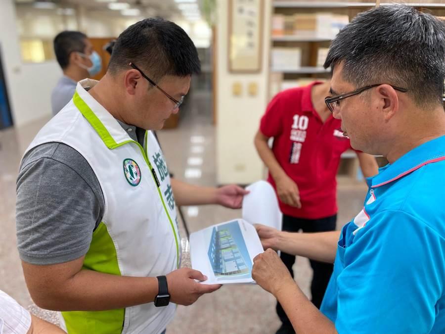 市議員施志昌14日邀相關單位會勘設置進度。(陳淑娥攝)