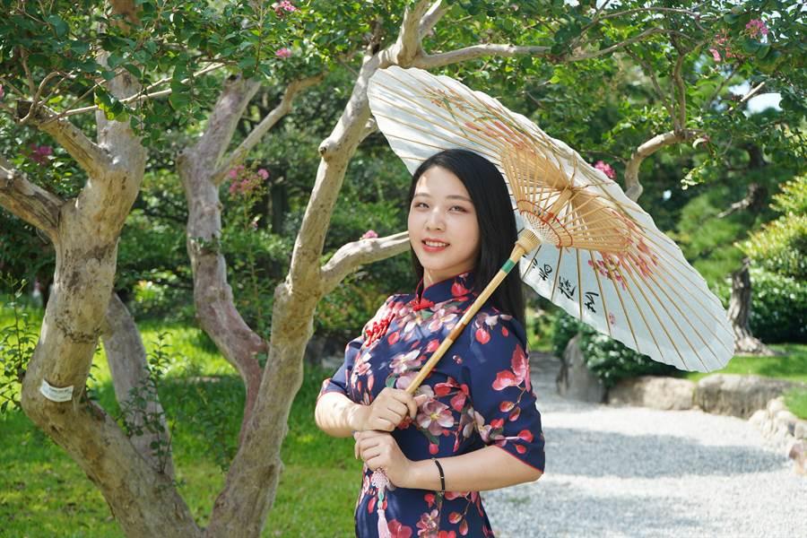 園方準備的油紙傘,成了遊客熱門打卡新亮點。成美文化園提供。