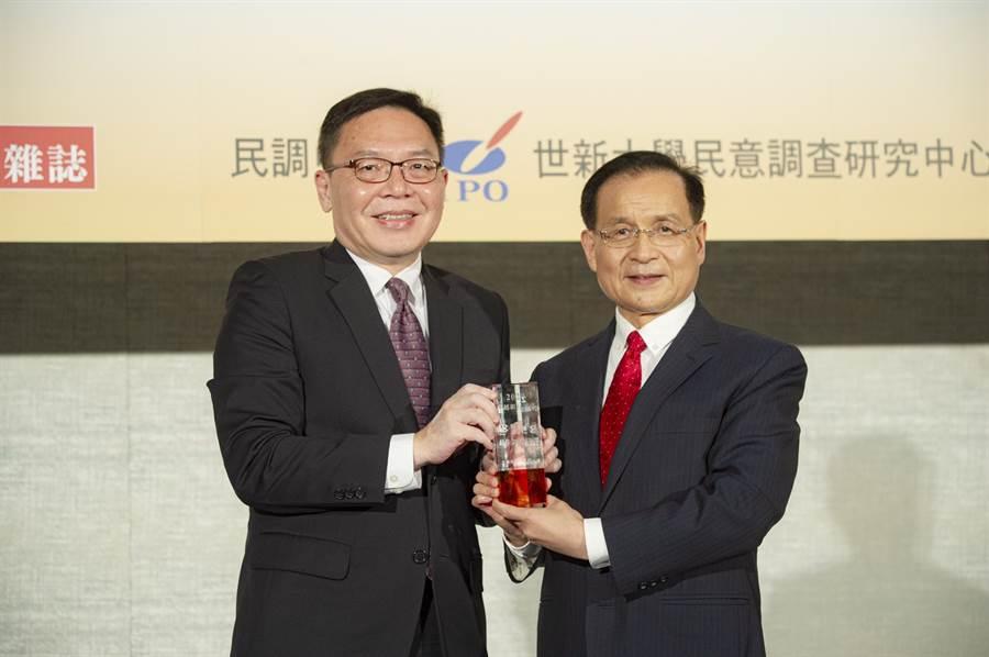 聯邦銀行副總經理許維文(右)代表出席領取「最佳金融創新獎」,並由商研院董事長許添財(左)頒發。圖/聯邦銀提供