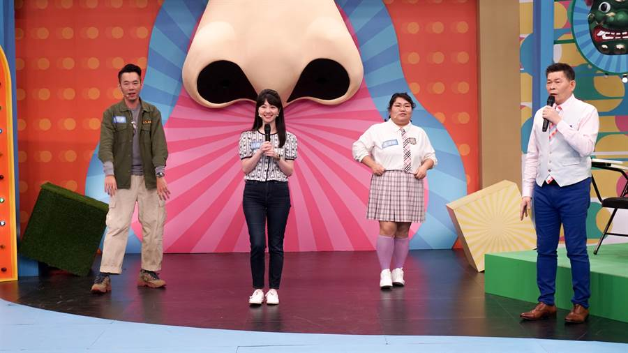 高嘉瑜(左二)嗨唱〈追追追〉,大膽要求林宗興(左)與謝淳雅(右)伴舞。(公視台語台提供)