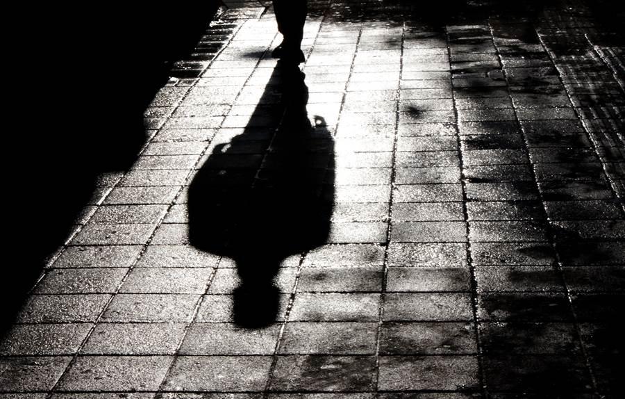 今天(16日)農曆七月最後一天「鬼門關」,民俗專家林正義提醒,鬼門關是屬於陰氣至重的日子,民眾應盡量避免在太陽下山後出門。(圖/Shutterstock)