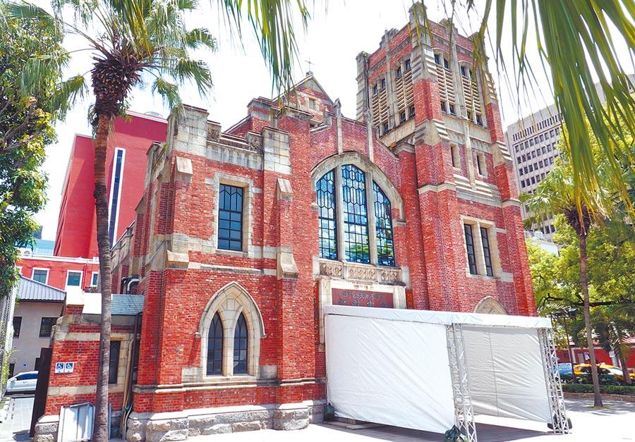 前總統李登輝追思禮拜將14日將於台灣基督教長老教會濟南教會舉行,13日教會門口搭起白色布幕。(姚志平攝)