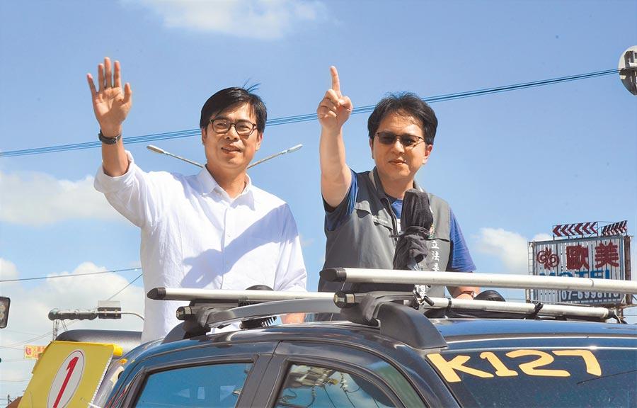 陳其邁(左)掃街拜票,黨籍立委邱志偉陪同。(林瑞益攝)