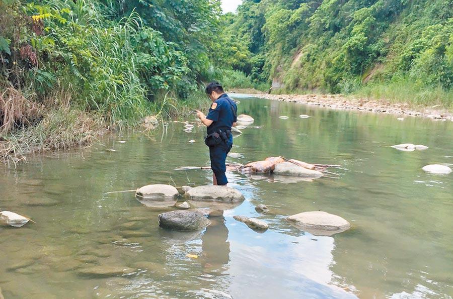 劉姓男子跟家人託夢說他「在水裡」,13日救難人員果然在溪流中找到遺體,村民因此盛傳死者被「魔神仔」帶走抓交替。(嘉義縣救難協會提供/呂妍庭嘉義傳真)