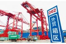 大陸外貿疲弱,台商同遭難。圖為江蘇連雲港貨櫃碼頭。 (新華社)