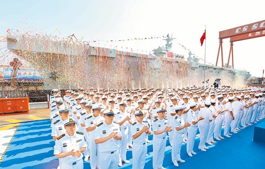 2019年9月25日,大陸海軍首艘兩棲攻擊艦下水儀式在上海舉行。(新華社)