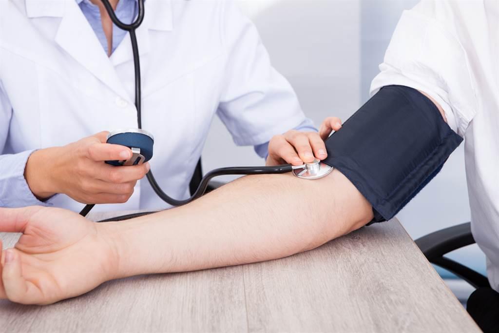 夏天缺水易中風,台大醫曝3招遠離高血壓。(示意圖/Shutterstock)