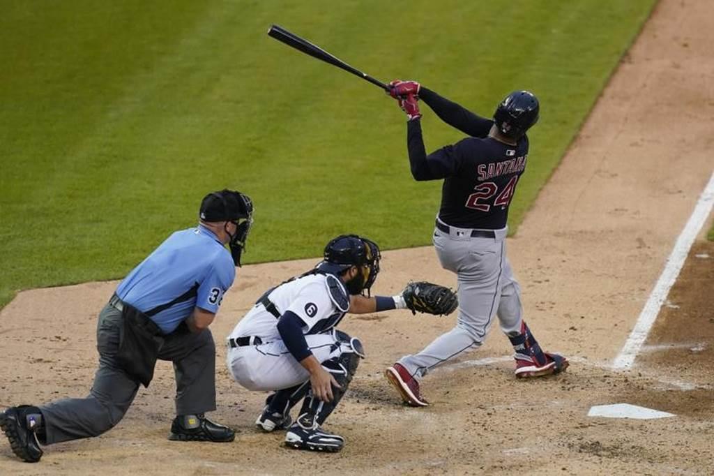 印地安人桑塔納(Domingo Santana)對老虎敲出全壘打。(美聯社)