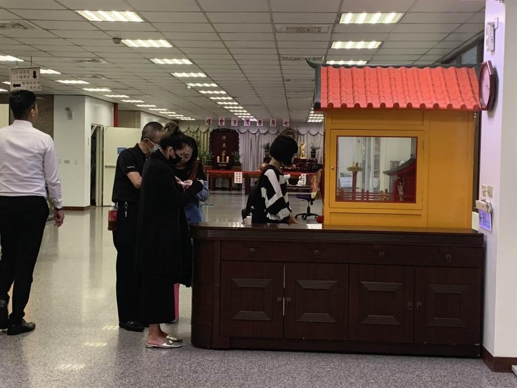 家屬與好友到場時,先至寺內的靈籤舍求籤。(黃婉婷攝)