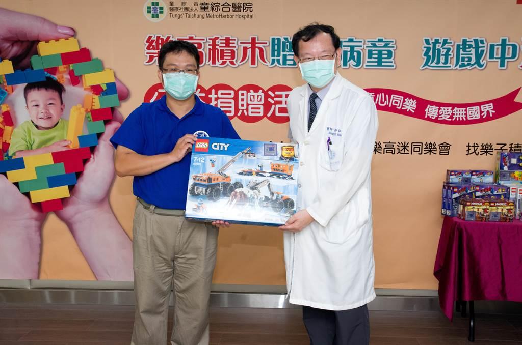 Brickway樂高迷同樂會代表吳毅俊(左)捐贈樂高玩具給童綜合醫院病童。(童綜合醫院提供/陳淑娥台中傳真)