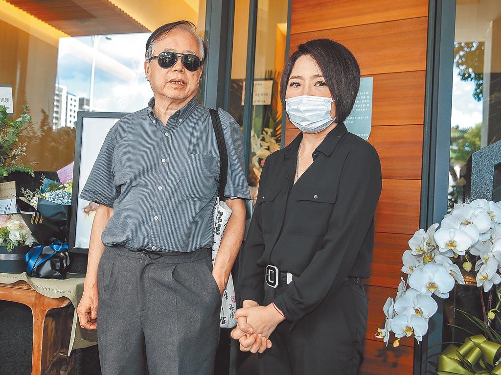 于美人(右)與羅霈穎的哥哥羅青哲昨午一起步出靈堂。(粘耿豪攝)