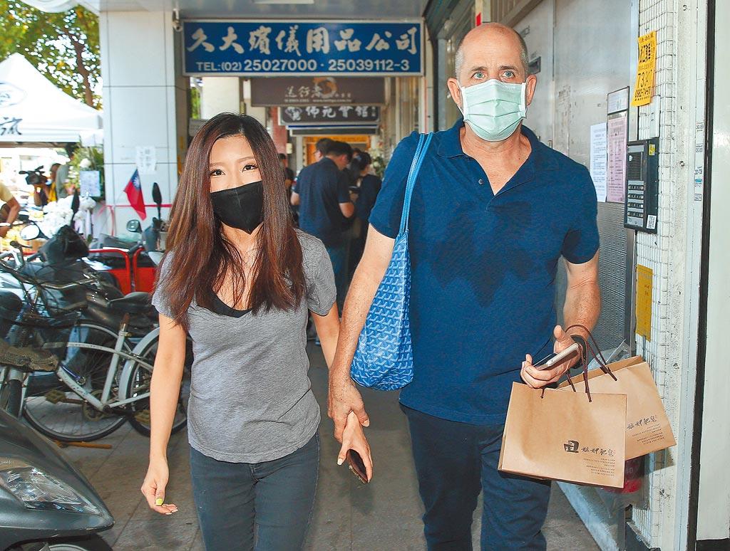 李愛綺(左)昨跟老公到靈堂致哀。(粘耿豪攝)