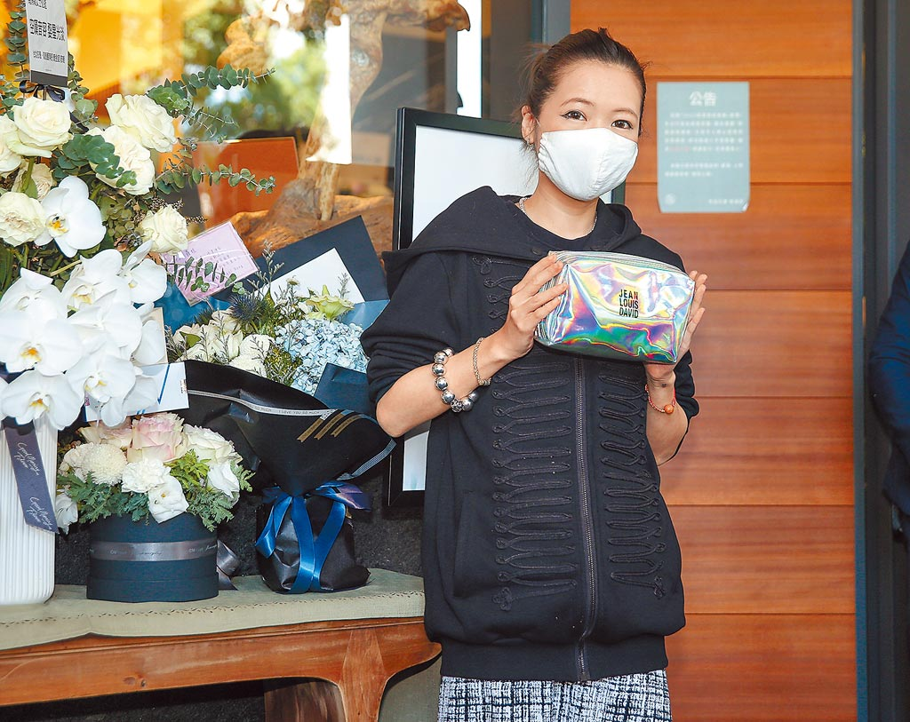 Makiyo昨拿羅霈穎生前的化妝包幫羅的遺容化妝。(粘耿豪攝)