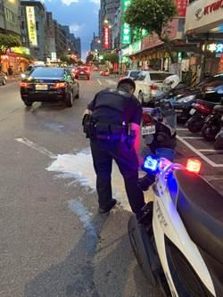 車故障漏油 永和警協助確保用路人安全