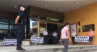 寶山二期用地徵收公聽會 墓主場外拉白布條抗議