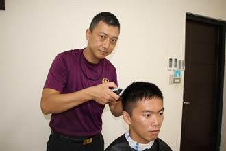 月剪8顆頭 消防隊員許翰青化身愛的剪刀手