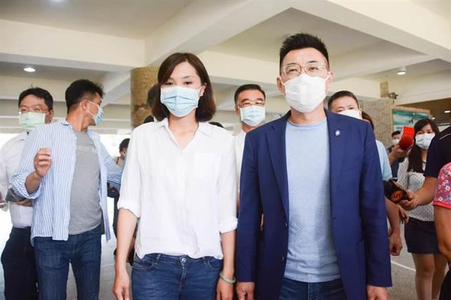 國民黨高雄市長補選候選人李眉蓁(左)由黨主席江啟臣(右)陪同前往投票。(林宏聰攝)