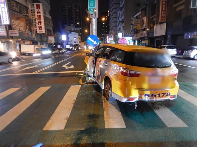 計程車當時通過路口滑行至分隔島後自撞,小黃駕駛王姓男子不幸身亡,至於車禍發生原因仍待警方調查釐清。(台中市警三分局提供/張妍溱台中傳真)