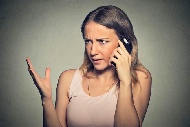 無辜的老公差點因不明電話被休夫!(示意圖/Shutterstock)