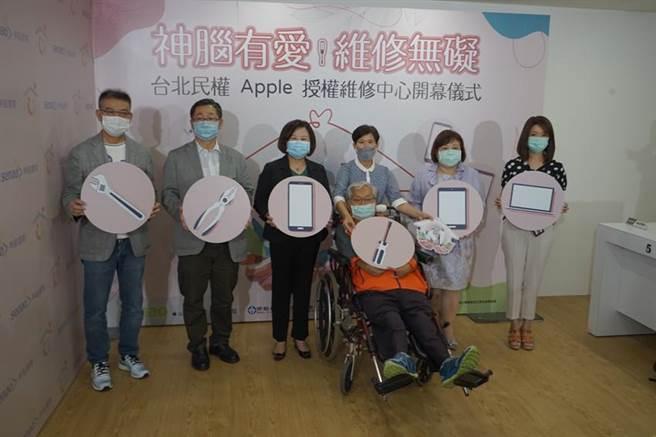 (神腦取得Apple專業認證,設立全台唯一Apple授權身障工程師維修中心,圖左為神腦總裁林保雍,左二為董事長賴勁麟。 圖/神腦提供)