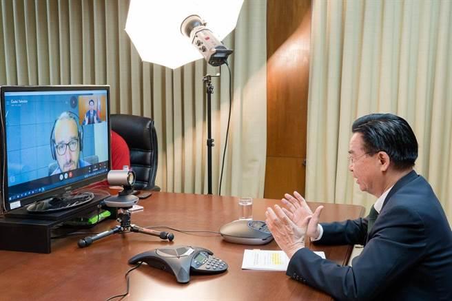 吴钊燮接受「捷克电视台」(Czech TV)资深记者Jakub Szántó视讯专访。(外交部提供)