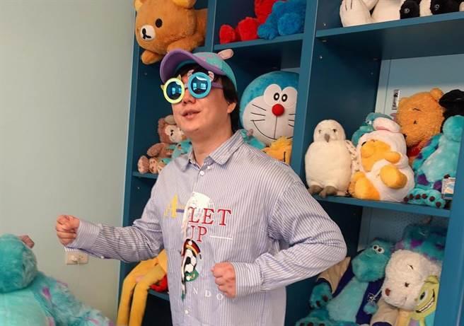 蕭煌奇熱愛收集各種絨毛玩具。(環球音樂提供)