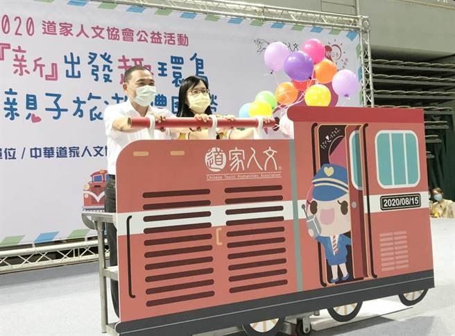 新北市長侯友宜(左)與道家協會啟動發心號火車推桿,象徵環島旅遊開動。(許家寧攝)