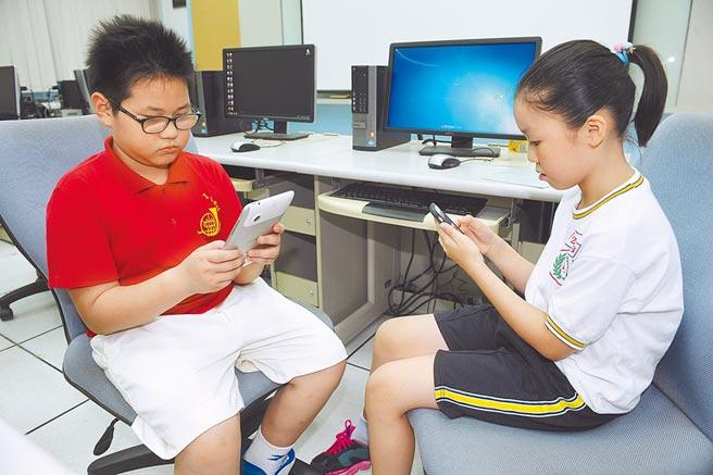 不少學童一放假,幾乎眼睛就黏在電視上,否則就是緊盯手機或是平板。醫師提醒,使用3C每30分鐘就應該休息10分鐘。(本報資料照片)