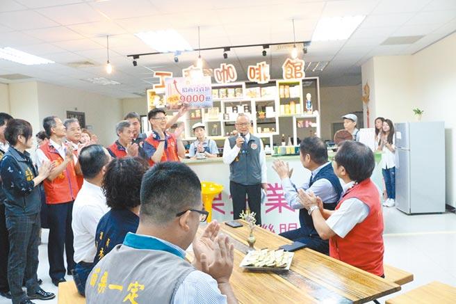 苗栗縣長徐耀昌14日出席招商記者會時,宣布縣有土地標售案喜訊,並透露買主是麗寶。(巫靜婷攝)