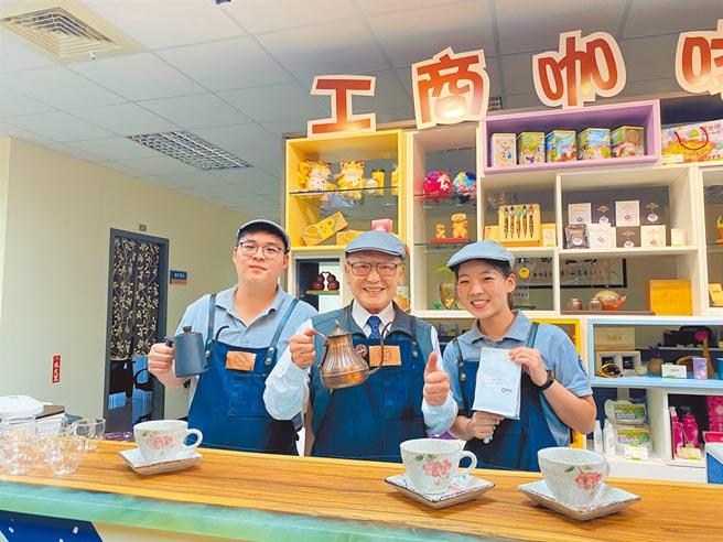 苗栗縣政府工商咖啡館14日開張,縣長徐耀昌(中)當起咖啡師。(巫靜婷攝)