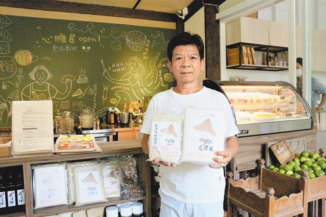 鄭性澤獲得平反後,回到苗栗苑裡老家務農,開發「進澤米」品牌,希望將14年冤獄來不及盡的孝道補回來。(巫靜婷攝)