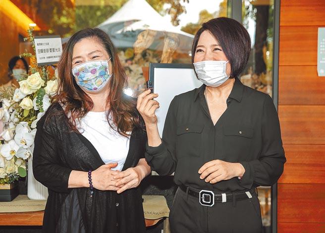 豬哥亮遺孀葉瑞美(左)昨到靈堂致意。(粘耿豪攝)