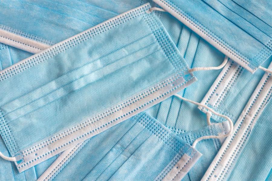 中衛口罩這裡買!康是美、PChome 24h今開賣,潮橘和月光藍都有。(示意圖/Shutterstock)