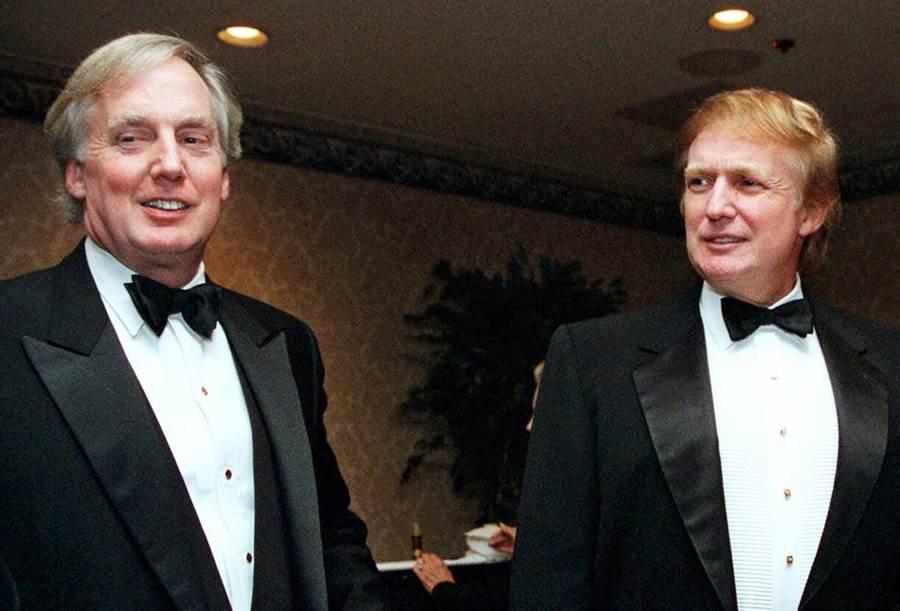 川普(右)72歲親弟弟羅伯特(左)驚傳病重住院,川普已經前往紐約醫院探視。圖為兩人在1999年時的合影。(資料照/美聯社)