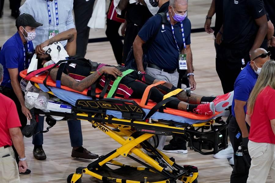 熱火前鋒德瑞克瓊斯被擔架抬出場的模樣。(美聯社)