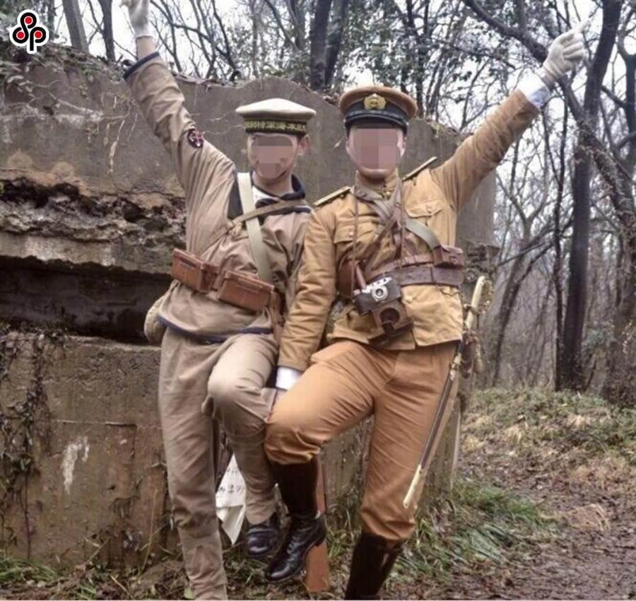 日前首相村山富市指正視歷史才能贏得尊重。圖為2018年2月23日兩大陸男子著日本軍裝擺拍,後落網關15天。(資料照片/中央社)