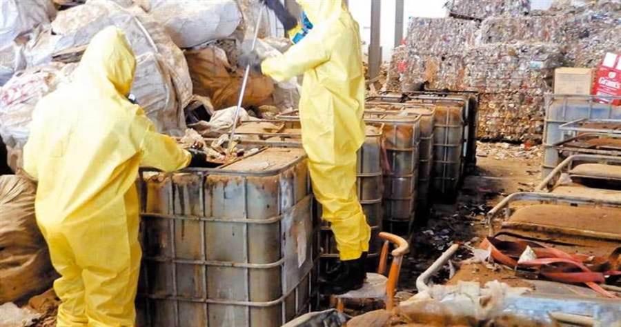 嘉義縣環保局去年與檢警單位結盟組成查緝平台,至今已移送20起非法環保案件,共清出1378噸廢棄物。(圖/嘉縣環保局提供)