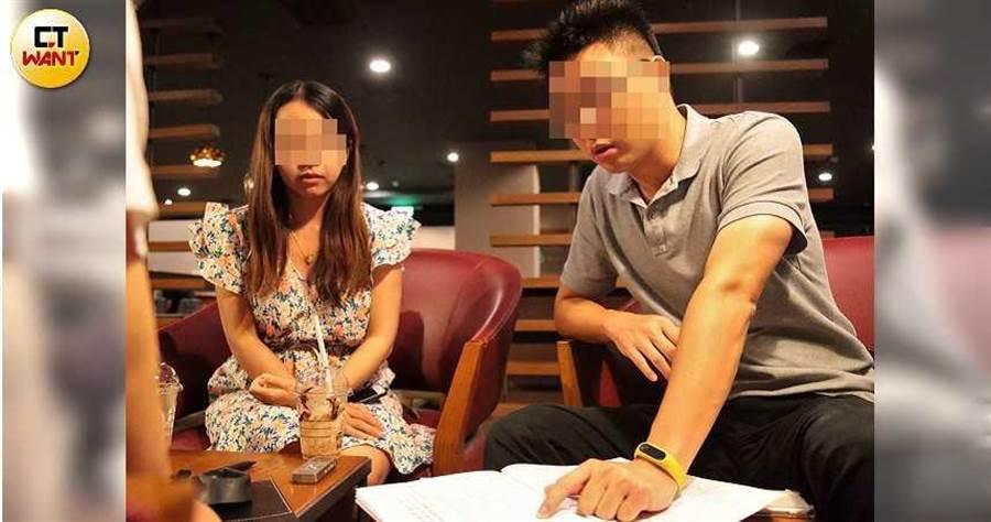 「南漂族」C先生夫妻出示合約,控訴建商耍賤招想逼他們退房。(圖/周志龍攝)