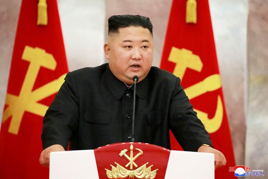 外媒報導,朝鮮勞動黨官員涉嫌脅迫女大生賣淫、和高官發生性關係,傳北韓最高領導人金正恩震怒,下令公開槍決4名黨政官員及2名掮客。(資料照/路透社、朝中社)