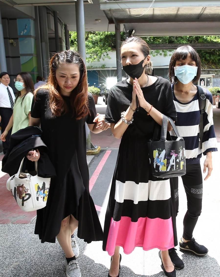 Makiyo(右二)全程送好友羅霈穎。(陳俊吉攝)